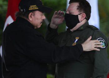 Daniel Ortega junto al sancionado general Julio César Avilés. Foto: CCC
