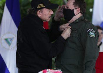 Daniel Ortega junto al jefe del Ejército de Nicaragua, Julio César Avilés. Foto; CCC