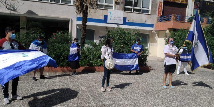 Realizan plantón en España en solidadridad con Canal 12