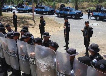 Policía «tranca» e impide movilización a opositores de la Coalición Nacional que iban a Rivas a reunión departamental. Foto: Diario La Tribuna, Honduras.
