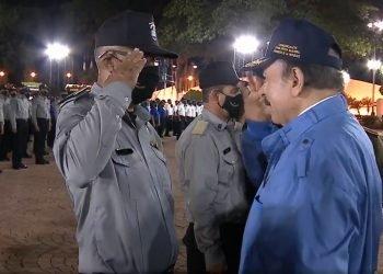 Ortega niega torturas a reos políticos y asegura que «las cárceles están abiertas para familiares y organismos sociales». En la foto asciende a Alcaide a Iván Ruiz, identificado como uno de los torturadores penitenciarios. Foto: Tomada de medios oficialistas.