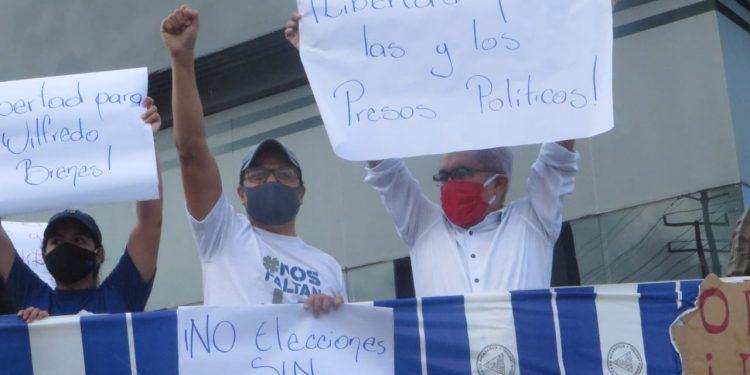 Opositores desafían a la Policía y realizan plantón en Managua. Foto: Noel Pérez/Artículo 66