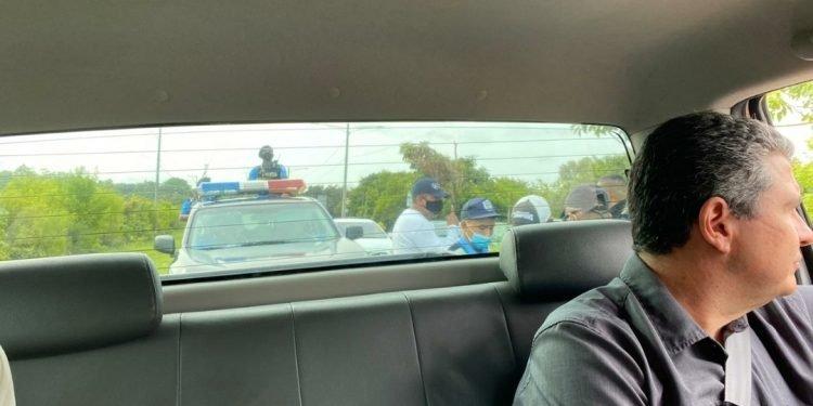 Policía agrede a Juan Sebastián Chamorro, Asunción Moreno y Jasson Salazar, acusándolos de «golpistas y terroristas». Foto: Artículo 66/Cortesía.