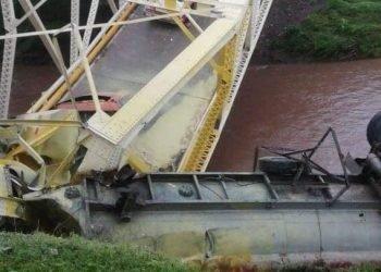 Un camión derribó un puente que había sido reconstruido hace dos meses