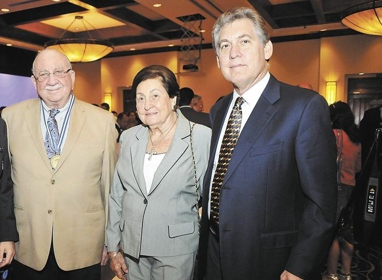 En la foto: Hugo Holman (derecha) junto a su tío y su madre.