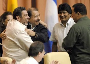 Daniel Ortega se regocija de quinto triunfo de primer ministro de San Vicente y Granadinas a quien parece querer imitar. Foto: Tomado de internet.