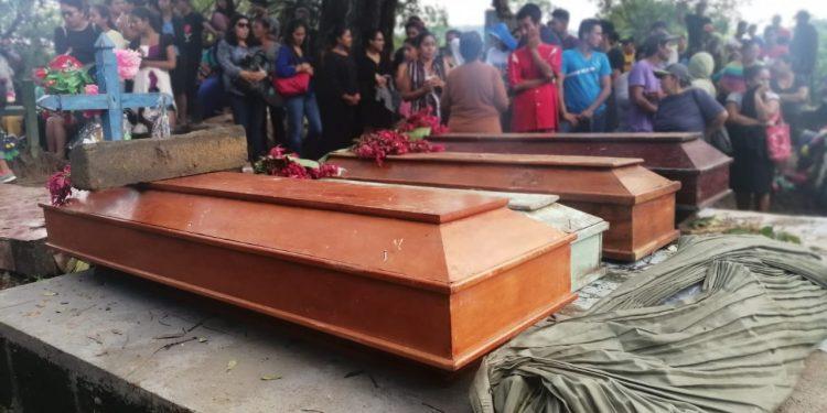 Las cinco víctimas mortales de Iota en La Piñuela, Carazo, fueron sepultadas este miércoles. Foto: N. Miranda/Artículo 66.