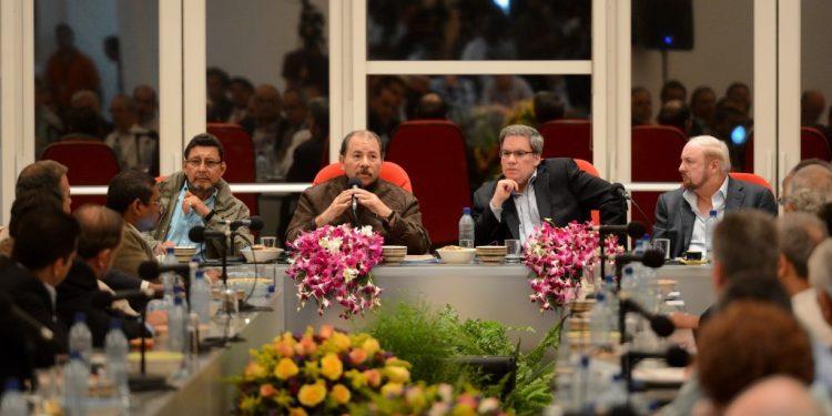 En 2015, Daniel Ortega junto al expresidente del Cosep, José Adán Aguerri, y el empresario Carlos Pellas. Foto: Carlos Herrera / Confidencial