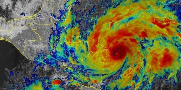 ETA se acerca a Nicaragua con marejadas potencialmente mortales, advierte el Centro Nacional de Huracanes