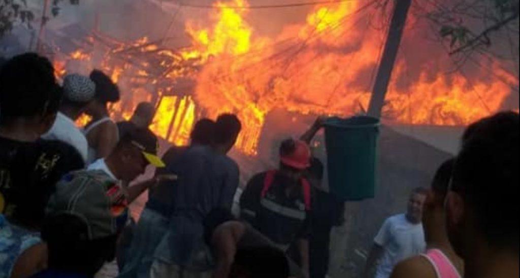 Incendio en Bonanza deja al menos cuatro casas reducida a cenizas. Foto: Radio Uraccan Siuna