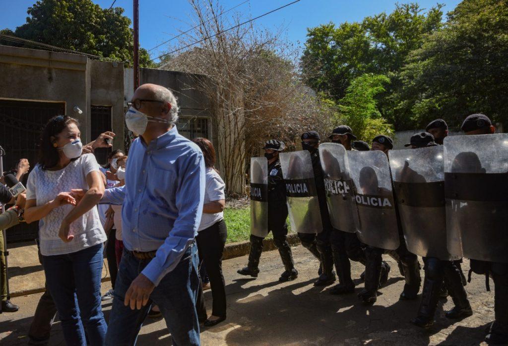 Condenan ataque policial en contra de defensora de derechos humanos y del director de Confidencial. Foto: Artículo 66 / Confidencial