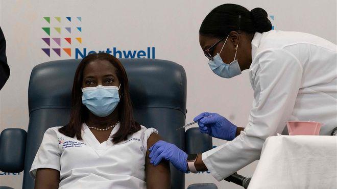 Una enfermera de New York, la primera en recibir la vacuna contra el COVID-19 en EEUU. Foto: AFP.