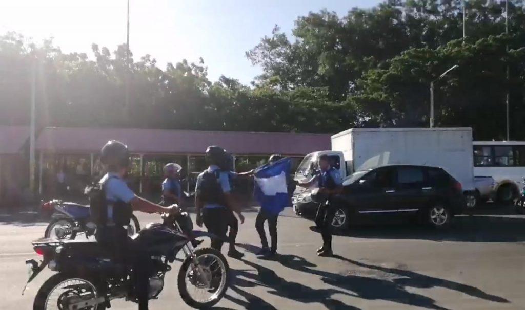 Policía golpea y detiene a joven que protestaba contra la dictadura. Foto: Artículo 66 / Noel Miranda