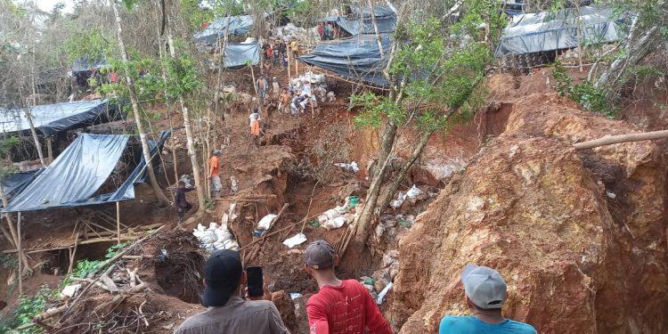 Hundimiento de mina artesanal en Río San Juan deja a varios «güiriseros» soterrados. Foto: Cortesía.