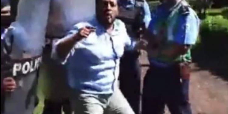 Policía metió a empujones a Félix Maradiaga a quien le han impuesto casa por cárcel. Foto: Captura de pantalla