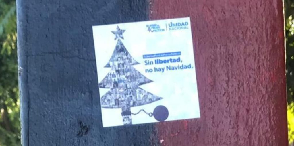 UNAB llena de calcomanías el país exigiendo «Navidad sin presos políticos» . Foto: Artículo 66 / Cortesía