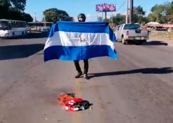 Autoconvocado Sergio Beteta firma ¡Viva Nicaragua Libre! en acta de audiencia.Foto: Captura de pantalla.