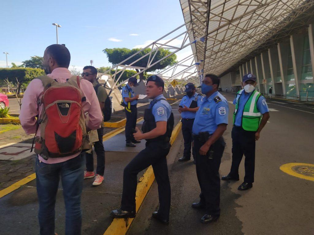 Policía prohíbe que Félix Maradiaga y opositores lleven ayuda humanitaria a la Costa Caribe. Foto: Cortesía.