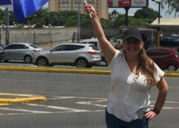 Policía de Ortega arremete contra joven activista de la UNAB. Foto: Artículo 66 / Cortesía