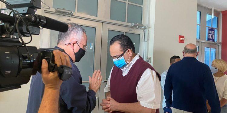 «Vivir en Nicaragua es sumamente difícil» dice Aníbal Toruño, después de escuchar en la homilía de Monseñor Silvio Báez, en Miami. Foto: Artículo 66 / Cortesía