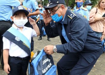 Régimen utiliza a los niños para que porten propaganda de la Policía. Foto: Gobierno.
