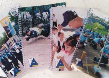 Régimen de Ortega intenta «lavarle la cara» a su policía represiva con fotos en cuadernos escolares. Foto: Cortesía