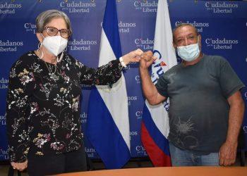 Kitty Monterrey firmando alianza con el Pamuc