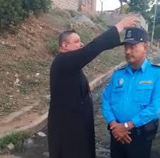 Hombre con sotana le da «la bendición» al «verdugo» de León, Fidel Domínguez. Foto: Captura de pantalla