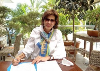 Cristiana Chamorro firma documento de unidad para elegir candidato único de la oposición. Foto: LP.