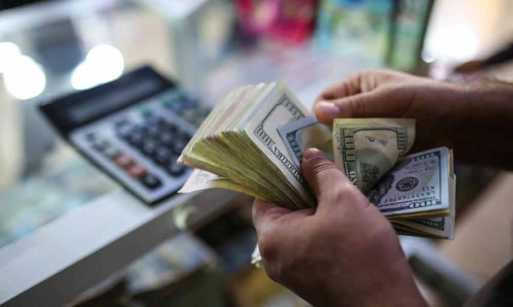 Concentración de los alimentos y productos básicos en tiendas de pago exclusivo en dólares. Foto: La Prensa.
