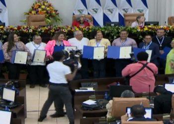 Asamblea Nacional sandinista premia a sus periodistas dedicados a la propaganda del régimen. Foto: Captura trasmisión medios oficialistas.