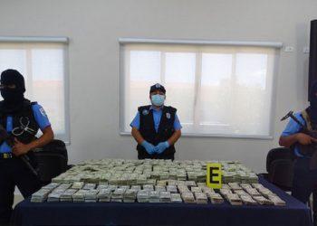 Policía «encuentra» casi dos millones de dólares abandonados por chofer que se les logró fugar. Foto: Medios oficialistas.