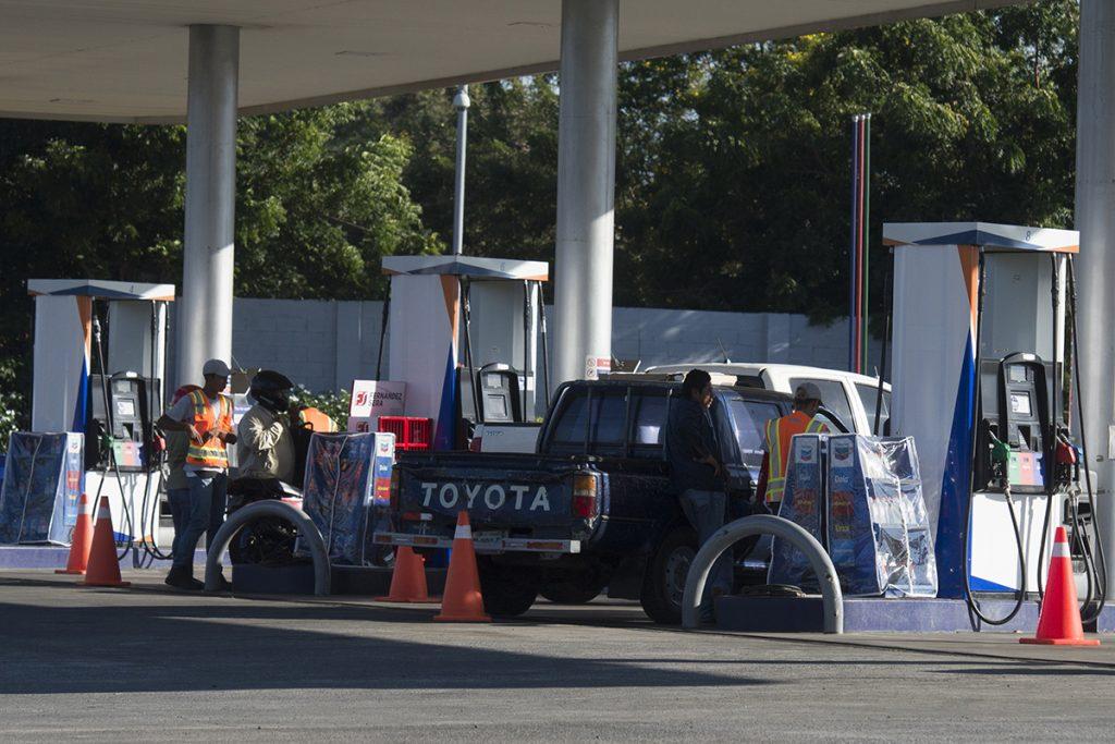 «No eches combustible», la demanda de la oposición ante el elevado costo de la gasolina. Foto: La Prensa