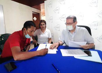 «Emboscada»: Dirigente campesino Víctor Díaz se une a las filas de Alfredo César