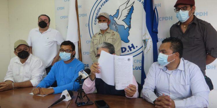 Policía confisca microbús en el que se transportaban miembros del Movimiento Campesino. Foto: Artículo 66 / Noel Miranda