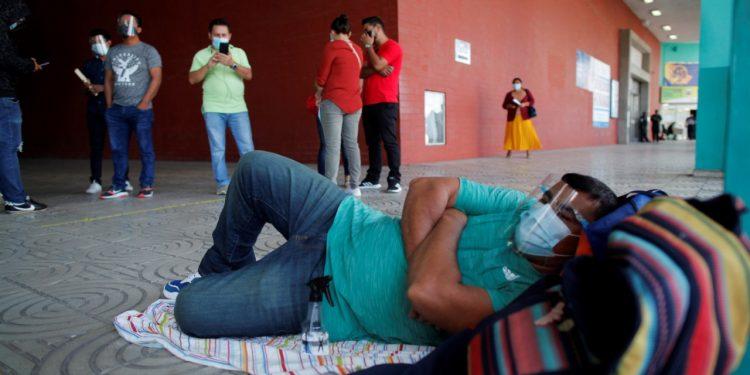 Observatorio Ciudadano: «Cumplimos un año de verdades disfrazadas» de COVID-19. Foto: Nicaragüense varado en Panamá. EFE/Artículo 66.