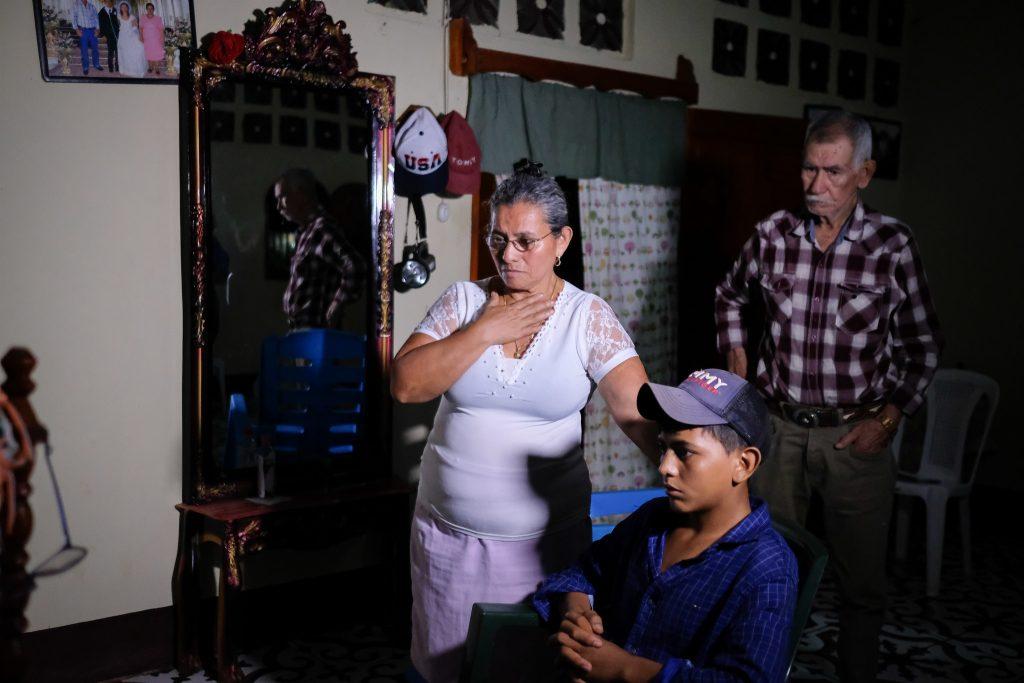 Socorro Leiva, abuela del niño migrante encontrado en la frontera de Texas, al momento de enterarse a través de las noticias que su hija, Meylin Obregón, está secuestrada por mafias mexicanas. Carlos Herrera | Divergentes.