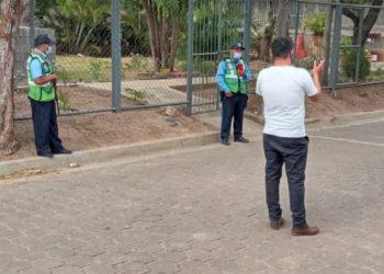 Policía impide salir de su casa a precandidato a diputado por la UNAB en Madriz. Foto: Artículo 66 / Cortesía