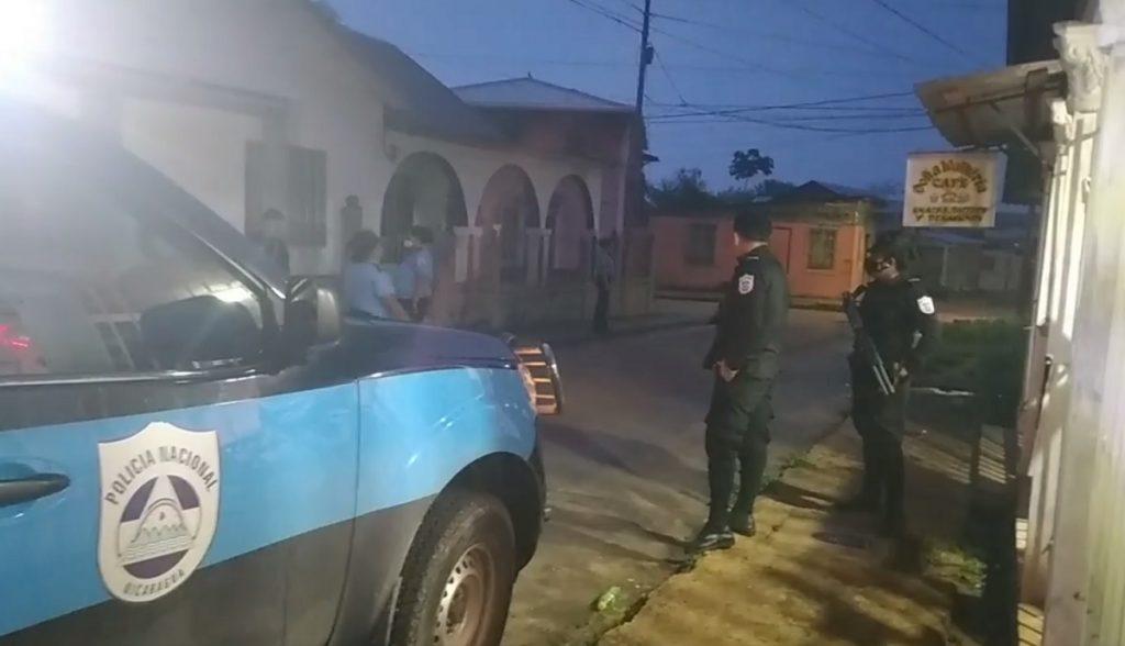 Policía arremete contra jefa de prensa de radio La Costeñísima y la agreden delante de sus hijas. Foto: Captura de pantalla.