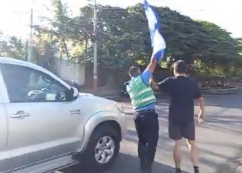 Precandidato presidencial Juan Sebastián Chamorro desafía vigilancia del régimen y sale a protestar a la calle. Foto: Captura de pantalla.