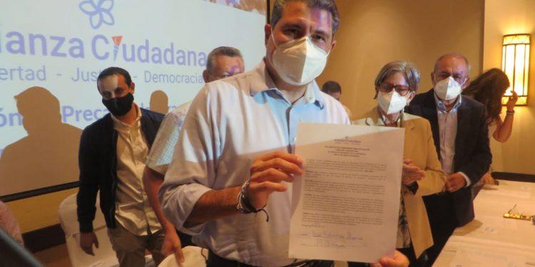Juan Sebastián Chamorro oficializa su precandidatura a la Presidencia en la casilla de CxL. Foto: Artículo 66/ Noel Miranda.