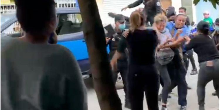 Represión continúa en todo el país, Policía agrede a mujeres y se lleva detenida a cuatro personas en Estelí, que se disponían a rezar en honor de víctimas. Foto: Captura de pantalla.