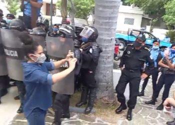 Policía del régimen agrede y acosa a periodistas al brindar cobertura a la UNAB. Foto: Captura de pantalla.