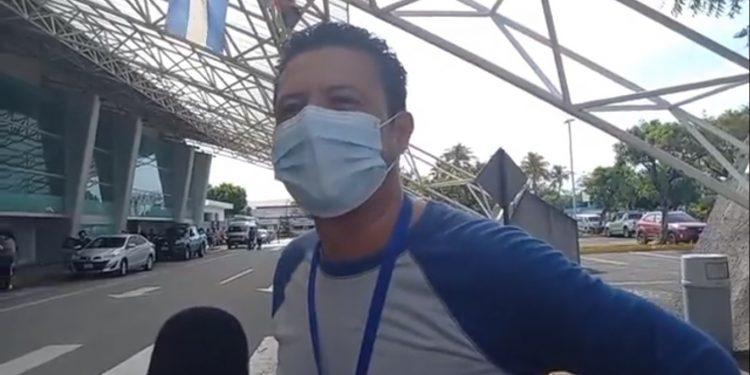 Policía del régimen arrebata equipo móvil del periodista Carlos Larios de La Prensa