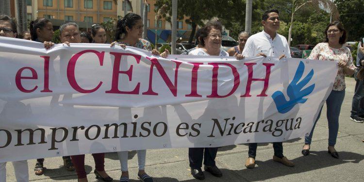 AME7140. MANAGUA (NICARAGUA), 13/09/2019.- La presidenta del Centro Nicaragüense de Derechos Humanos (CENIDH), Vilma Núñez (c), lidera una protesta después de presentar un informe bimestral de Derechos Humanos este viernes, en Managua (Nicaragua). EFE/ Jorge Torres