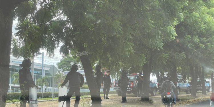 Camarógrafo Leonel Gutiérrez está «desaparecido» luego de asalto policial a Confidencial. Foto: Artículo 66