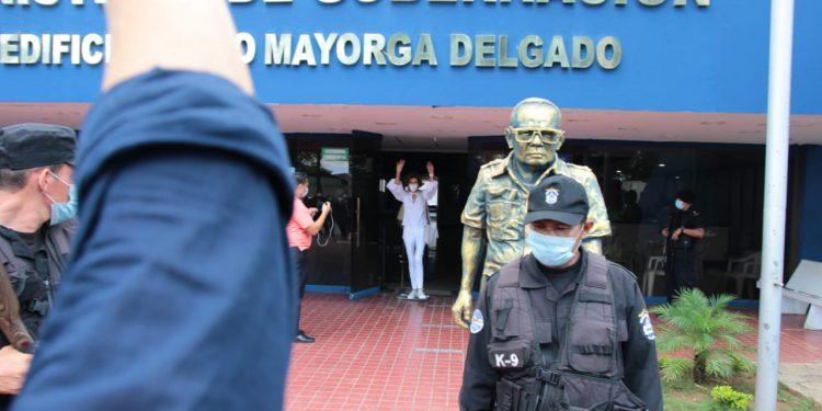 Cristiana Chamorro compareció ante Gobernación por acusaciones de lavado de dinero. Foto: Cortesía: Manuel Esquivel