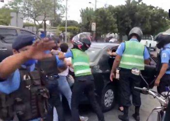 Policía reprime con violencia a opositores de la Coalición Nacional que protestaron en carretera a Masaya. Foto: Captura de pantalla.