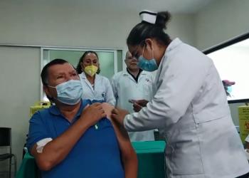 Gobierno vacuna a su Policía y su Ejército junto a personal de Salud y luego mayores de 55 años. Foto: Medios oficialistas.