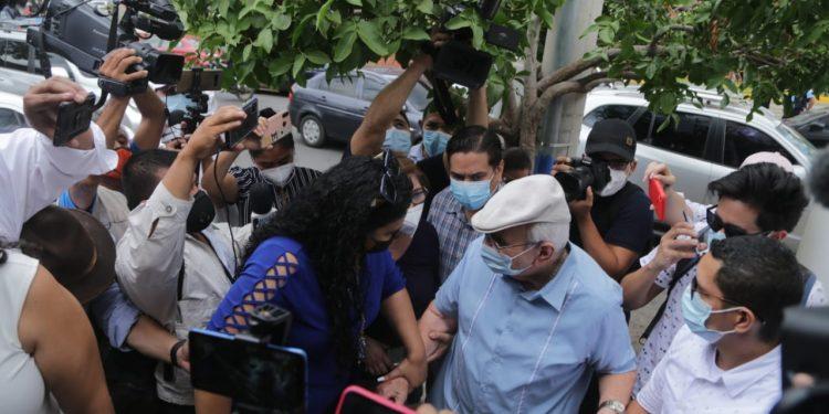 Régimen intenta instaurar «apagón informativo» en Nicaragua, advierte informe. Foto: Fabio Gadea y Verónica Chávez salen de la Fiscalía tras responder sobre «falsedades» en caso Cristiana Chamorro. Internet.